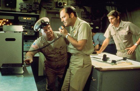 Captain Bennett (Stacy Keach, M.) koordiniert die Rettungsmaßnahmen