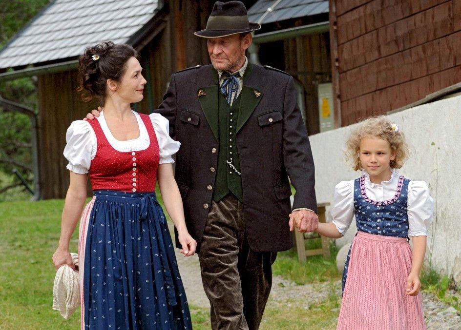 Auf ins Dorf! Lena (Julia Stemberger) mit Vater Gottfried (Michael Mendl) und Tochter (Emily Matschnig)