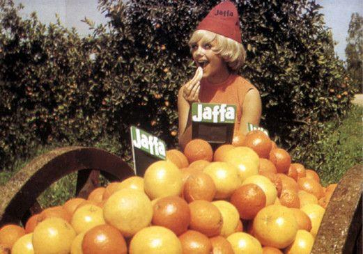 """Eine attraktive Blondine posiert in einer """"Jaffa""""-Werbung"""