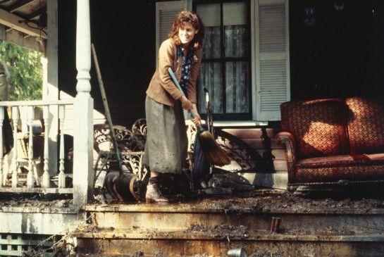 Zunächst bringt Sylvie (Christine Lahti) erst einmal das Haus auf Vordermann
