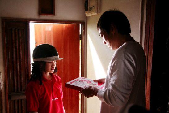Die Begegnung mit der Pizzabotin verändert das Leben des Mannes (Teruyuki Kagawa)