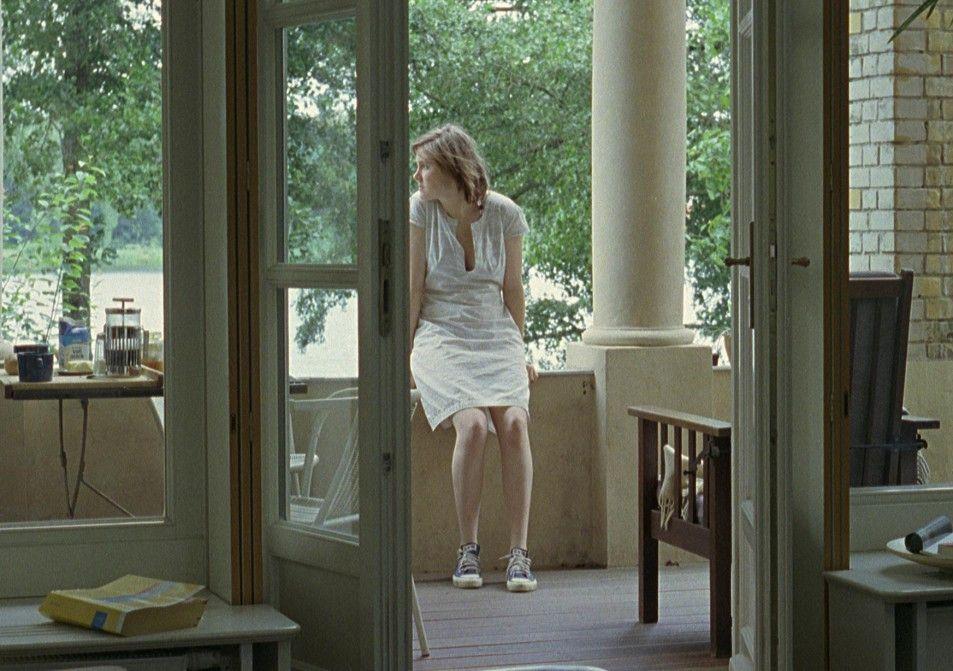 Agnes (Miriam Horwitz) hat sich innerlich längst von dem Haus am See entfernt