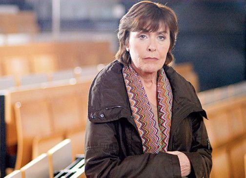 Eva (Thekla Carola Wied) steht vor den Trümmern ihrer Existenz