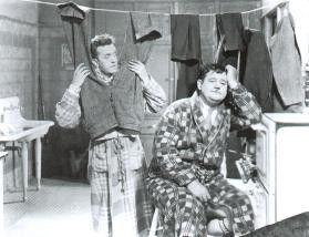 Du, Ollie, meine Hose ist immer noch nass!  Stan  Laurtel (l.) und Oliver Hardy