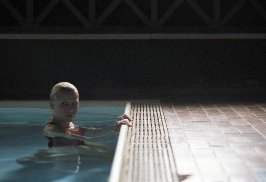 Düsternis - allein im Pool: Franziska Weisz