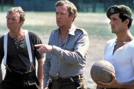 Hier spielen wir! Bobby Moore, Michael Caine und Sylvester Stallone (v. l.)