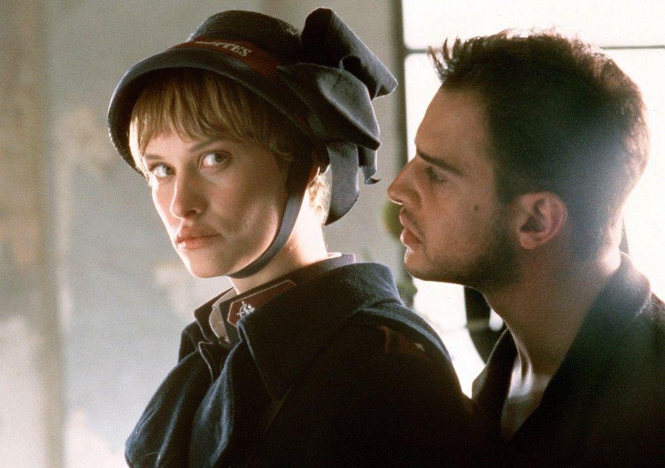 Josefine (Lea Mornar) will Tristan (Moritz Bleibtreu) wiederstehen ...