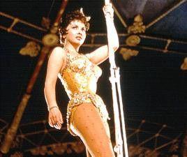 Blickfang in der Zirkuskuppel: Gina Lollobrigida verdreht nicht bloß den Zuschauern den Kopf