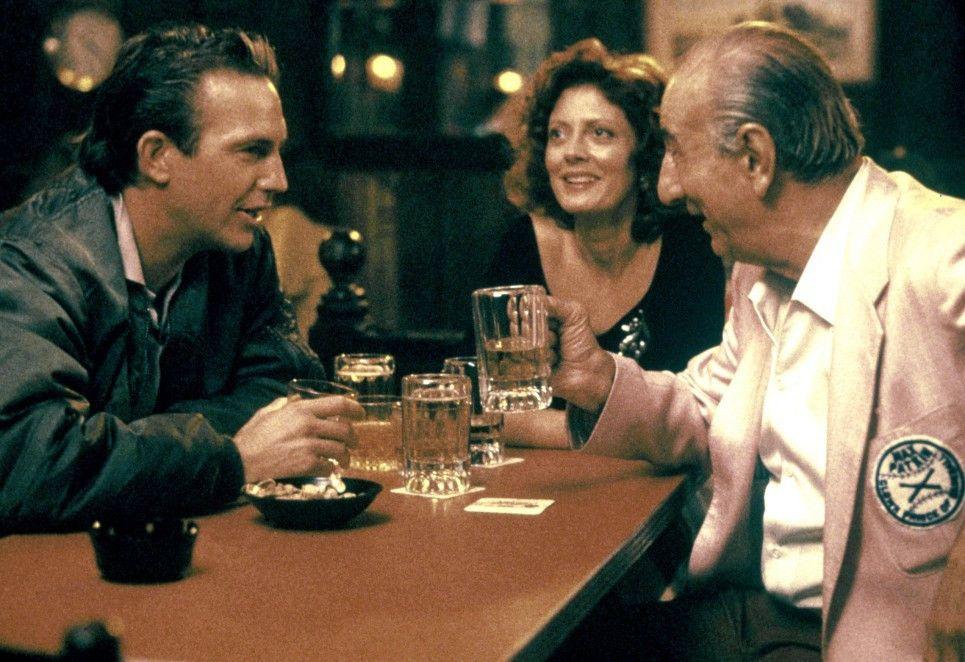 Crash (Kevin Costner, l.) und Annie (Susan Sarandon) stoßen auf den Sieg ihres Teams an