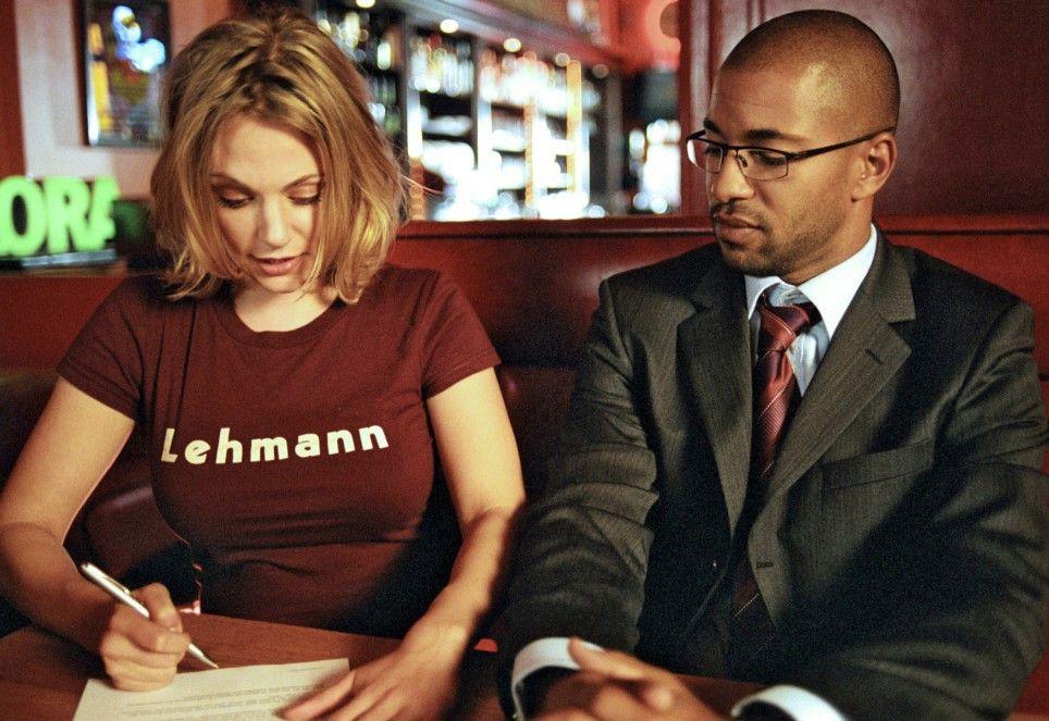 Leslie Berger (Eva Hassmann) und Koofi Danqua (Tyron Ricketts) unterzeichnen den Ehevertrag