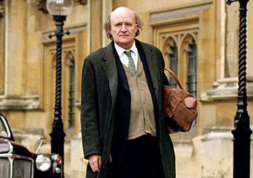 Lord Longford (Jim Broadbent) setzt sich für die Freilassung der Mörderin ein