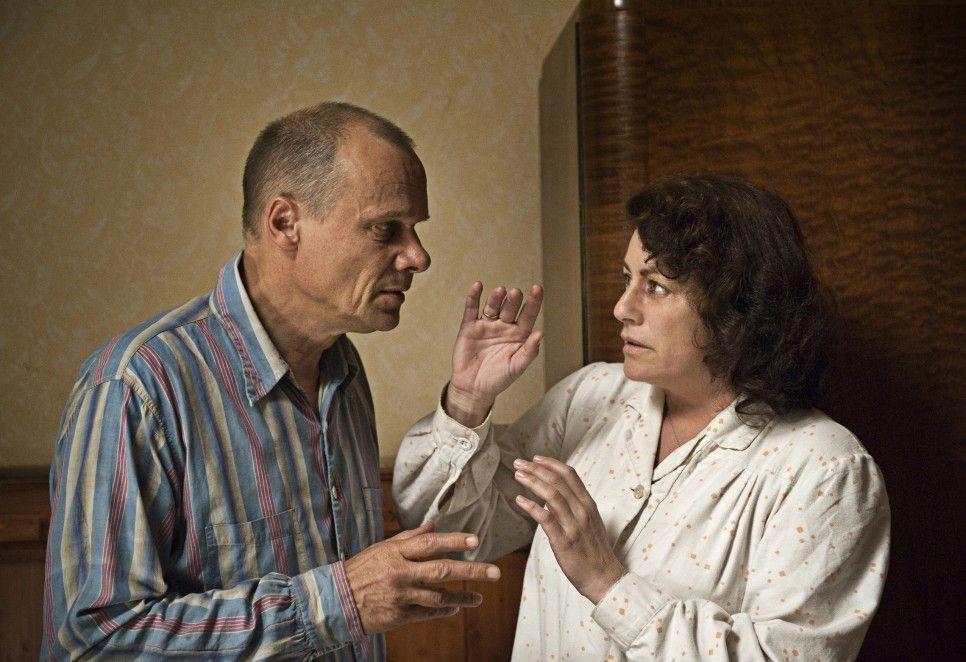 Hanna (Christine Neubauer) werden die Stimmungsschwankungen ihres Mannes Karl (Edgar Selge) zunehmend unheimlich