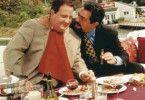 Billy Halleck (Robert John Burke, Foto, l. mit Joe Mantegna) hat bei einem Autounfall eine Zigeunerin getötet