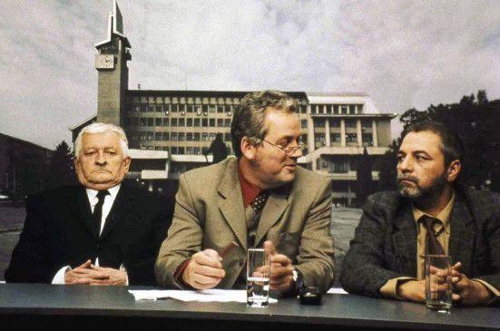 Müssen Sie alles besser wissen? Moderator Jderescu (Teodor Corban, M.) diskutiert mit Lehrer Manescu (Ion Sapdaru, r.) und Rentner Piscoci (Mircea Andreescu)