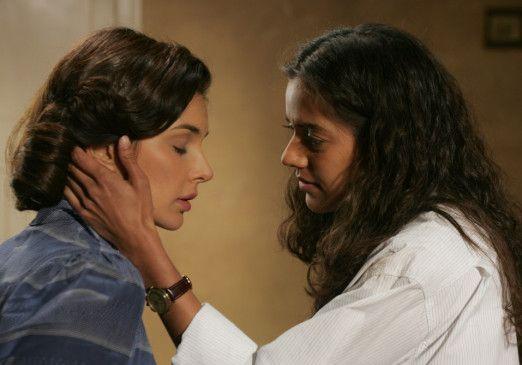 Sie knüpfen zarte Bande: Lisa Ray und Sheetal Sheth (v.l.)