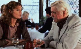 Der gealterte Burt Lancaster bändelt mit der hübschen Susan Sarandon an