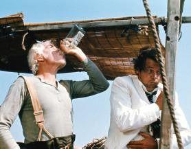 Noch ein Schluck, dann wird gekämpft! Lee Marvin  (l.) und Roger Moore
