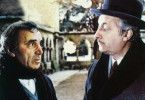 Ich glaub, ich kenne den Täter! Charles Aznavour (l.) befragt Michel Serrault