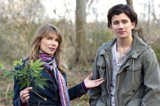 Niklas (Sergej Moya) hat sich in seine Lehrerin (Ursula Karven) verliebt