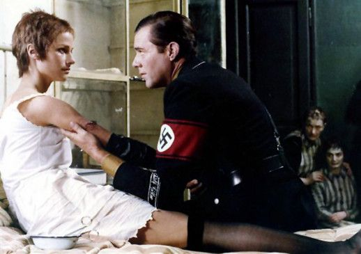 Maximilian (Dirk Bogarde) verarztet Lucia (Charlotte Rampling) im KZ