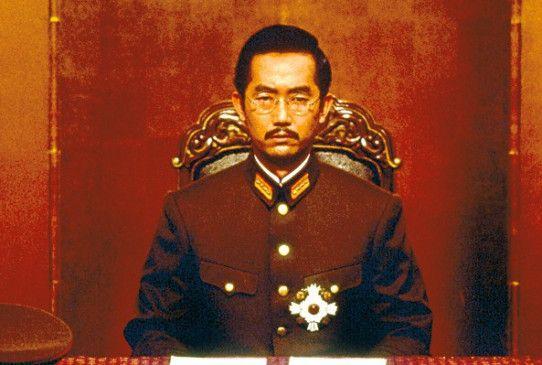 Kaiser Hirohito (Naohiko Umewaka) muss kapitulieren