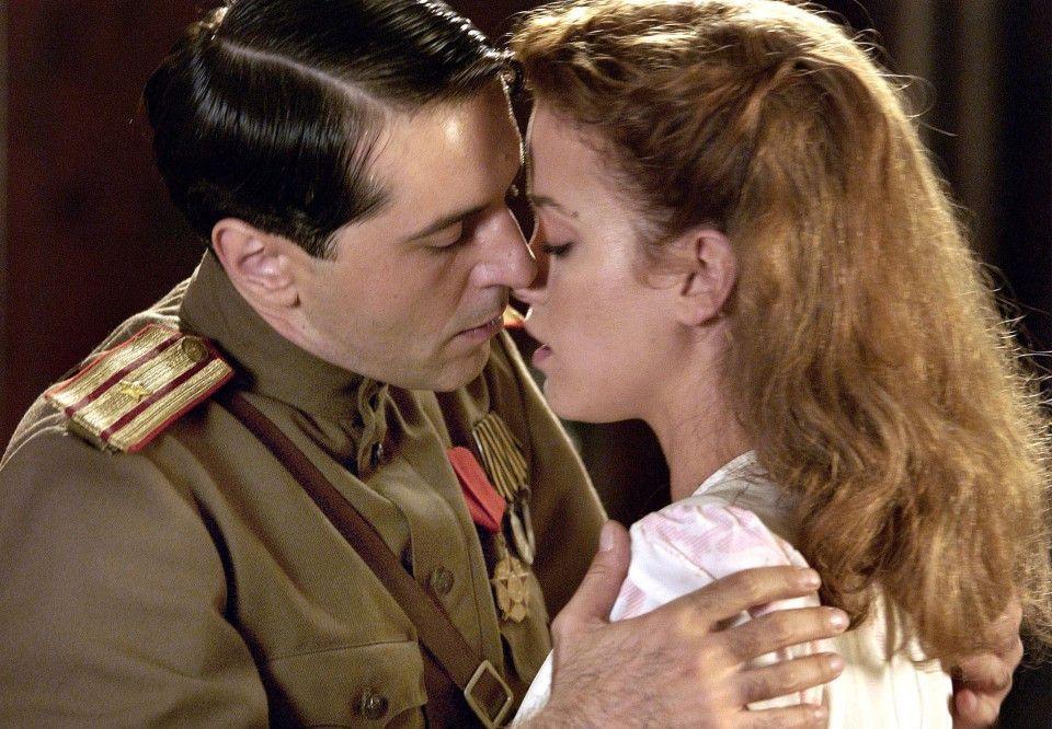 Barbara (Muriel Baumeister) und der russische Major Belajew (Merab Ninidze) kommen sich näher