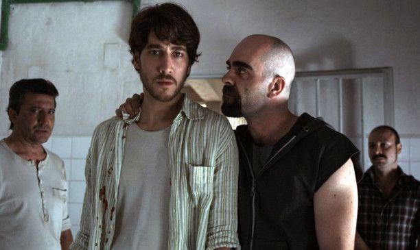 Juan (Alberto Ammann, l.) gibt sich gegenüber dem Häftling Male Madre (Louis Tosar) als Gefängnisinsasse aus