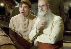 Rincewind (David Jason, r.) und Zweiblum (Sean Astin) erleben skurrile Abenteuer