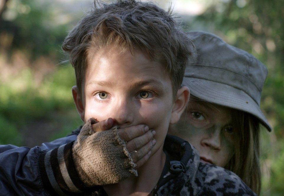 Andreas (Noa Samernius, r.) spielt mit dem gleichaltrigen Sasha (Saveli Westin) Räuber und Gendarm, allerdings mit echten Waffen