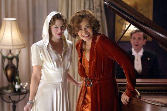 Big Edie (Jessica Lange, r.) und Little Edie Beale (Drew Barrymore) feiern gern große Feste unter Künstlern