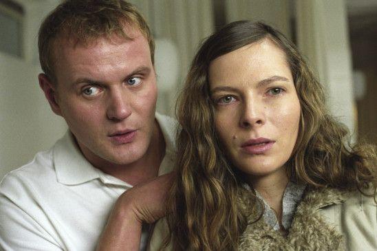 Tina (Katrin Bühring) will unbedingt wissen, wer ihre beste Freundin getötet hat. Ihr Bruder (Devid Striesow) macht sich Sorgen ...
