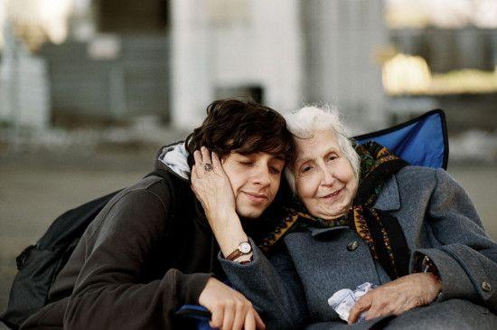 Nusret (Tsilla Chelton) genießt die Zeit mit ihrem Enkel Murat (Onur Ünsal)