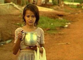 Impressionen aus Brasilien - hat dieses Mädchen einen Geist im Topf?