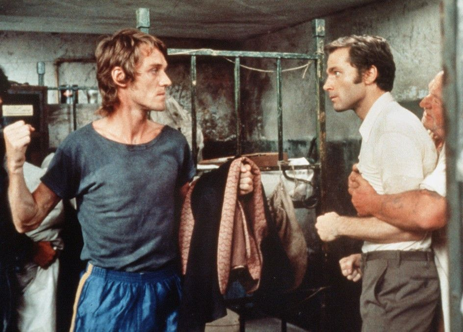 Vanzi (Franco Nero, r.) gerät in Untersuchungshaft mit einem Häftling (Ferruccio de Ceresa) aneinander