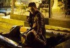 Andrew (Scott Eastwood, o.) gerät in eine Schlägerei.