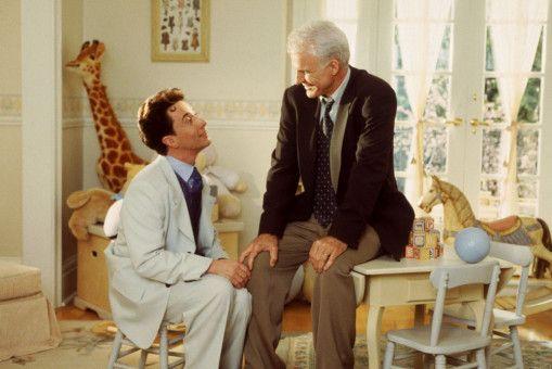 Nachdem er Annies Hochzeit plante, hat Franck (Martin Short, l.) auch das Kinderzimmer für George (Steve Martin), der noch einmal Vater wird, eingerichtet. George ist begeistert - wenn er auch die hohe Rechnung fürchtet.