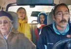 Die Familie Payan mit Mamilette (Hélène Vincent), Mutter Nicole (Karin Viard), Enkelin Zoé (Stella Fenouillet) und Vater Jean-Pierre (Philippe Rebbot) kommt zu dem Wiedersehen mit Sohn Vincent zu spät.
