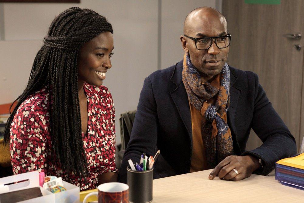Sali (Aïssa Maïga) und Paul (Lucien Jean-Baptiste) können es kaum erwarten, dass die Adoptionsbehörde ihnen ein Foto ihres künftigen Kindes zeigt.