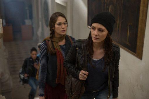 Die nette Außenseiterin Penn (Lola Kirke, rechts) gibt Luce (Addison Timlin) Starthilfe am Internat.