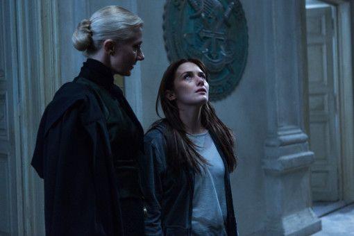 Religionslehrerin Miss Sophia (Joely Richardson, links) jagt Luce (Addison Timlin) ziemlich eisige Schauer über den Rücken.