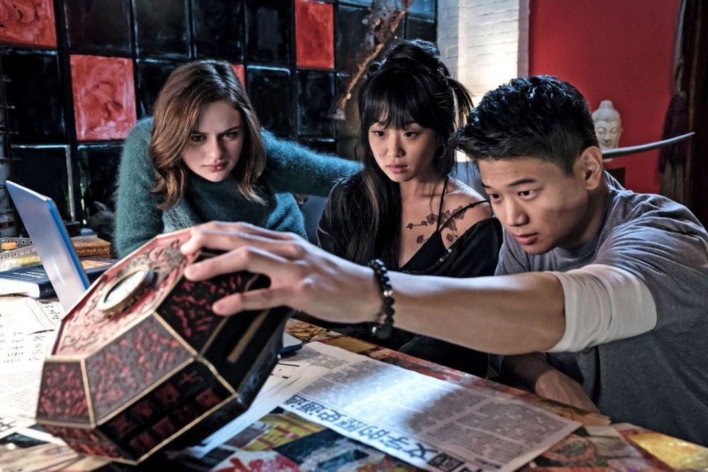 Ryan (Ki Hong Lee) und seine Cousine Gina (Alice Lee, Mitte) helfen Clare (Joey King) die chinesischen Zeichen auf ihrer Spieluhr zu entziffern.