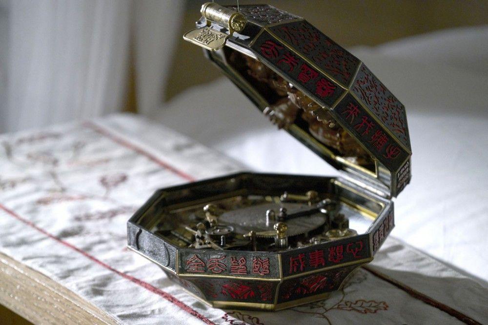 """Hübsch, aber gefährlich: die Inschrift auf der chinesischen Schatulle besagt, dass nach jedem Wunsch einen """"Blutpreis"""" fällig ist."""