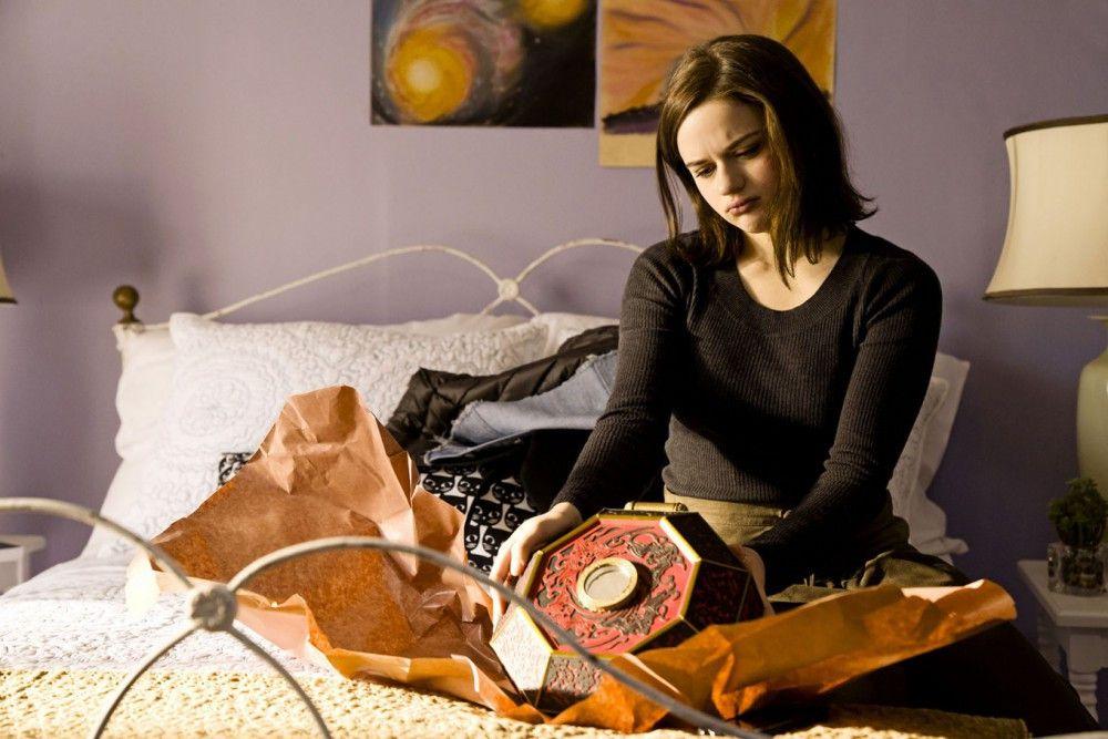 Ein Geschenk mit fatalen Folgen: Clare (Joey King) bekommt eine chinesische Wunschbox von ihrem Vater geschenkt.