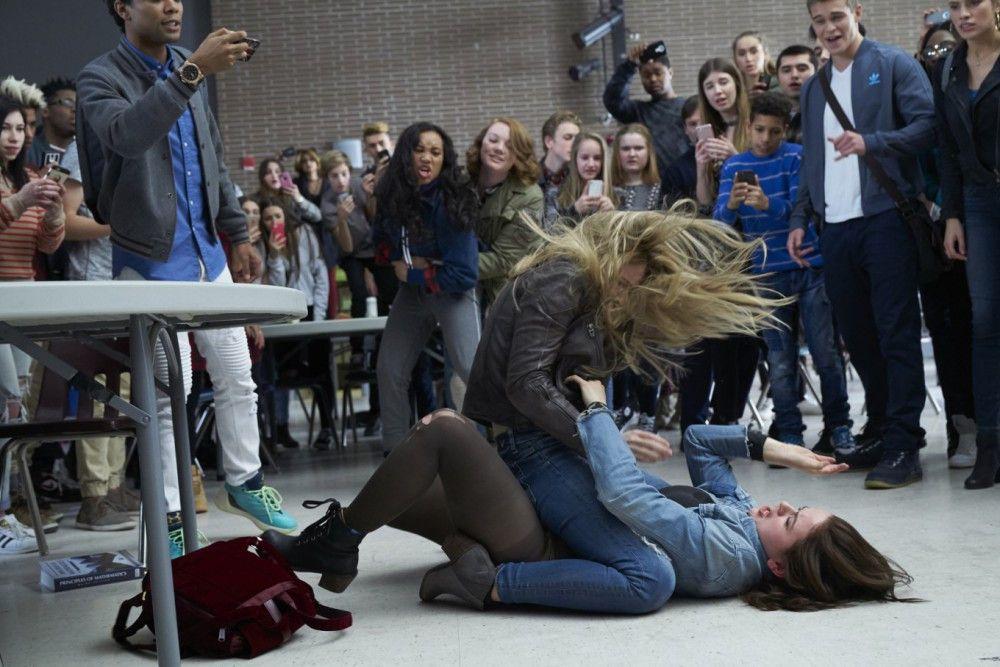 Clare (Joey King) prügelt sich mit High-School-Schönheit Darcie (Josephine Langford).