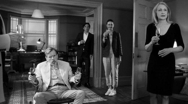 Bill (Timothy Spall, links) bringt mit einem Geständnis die Gesellschaft in Aufruhr. Tom (Cillian Murphy), Jinny (Emily Mortimer, zweite von rechts) und April (Patricia Clarkson) haben aber auch ihre eigenen Probleme.
