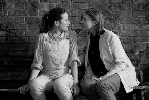 Das lesbische Pärchen Jinny (Emily Mortimer, links) und Martha (Cherry Jones) erwartet Drillinge.