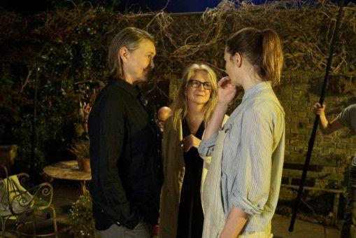 Sally Potter (Mitte) beim Dreh im Gespräch mit ihren Darstellerinnen Cherry Jones (links) und Emily Mortimer.
