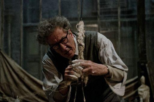 Der Künstler Alberto Giacometti (Geoffrey Rush) wurde vor allem durch die Bildhauerei bekannt.