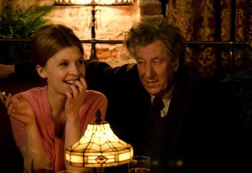 Giacometti (Geoffrey Rush) holt sich seine Inspiration bei der Prostituierten Caroline (Clémence Poésy).