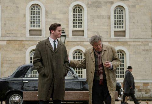 Auf Streifzügen durch Paris tauschen sich Alberto Giacometti (Geoffrey Rush, rechts) und der junge James Lord (Armie Hammer) aus.